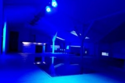 Niebieskie oświetlenie lokalu na osiemnastki