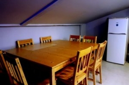 Stół i lodówka