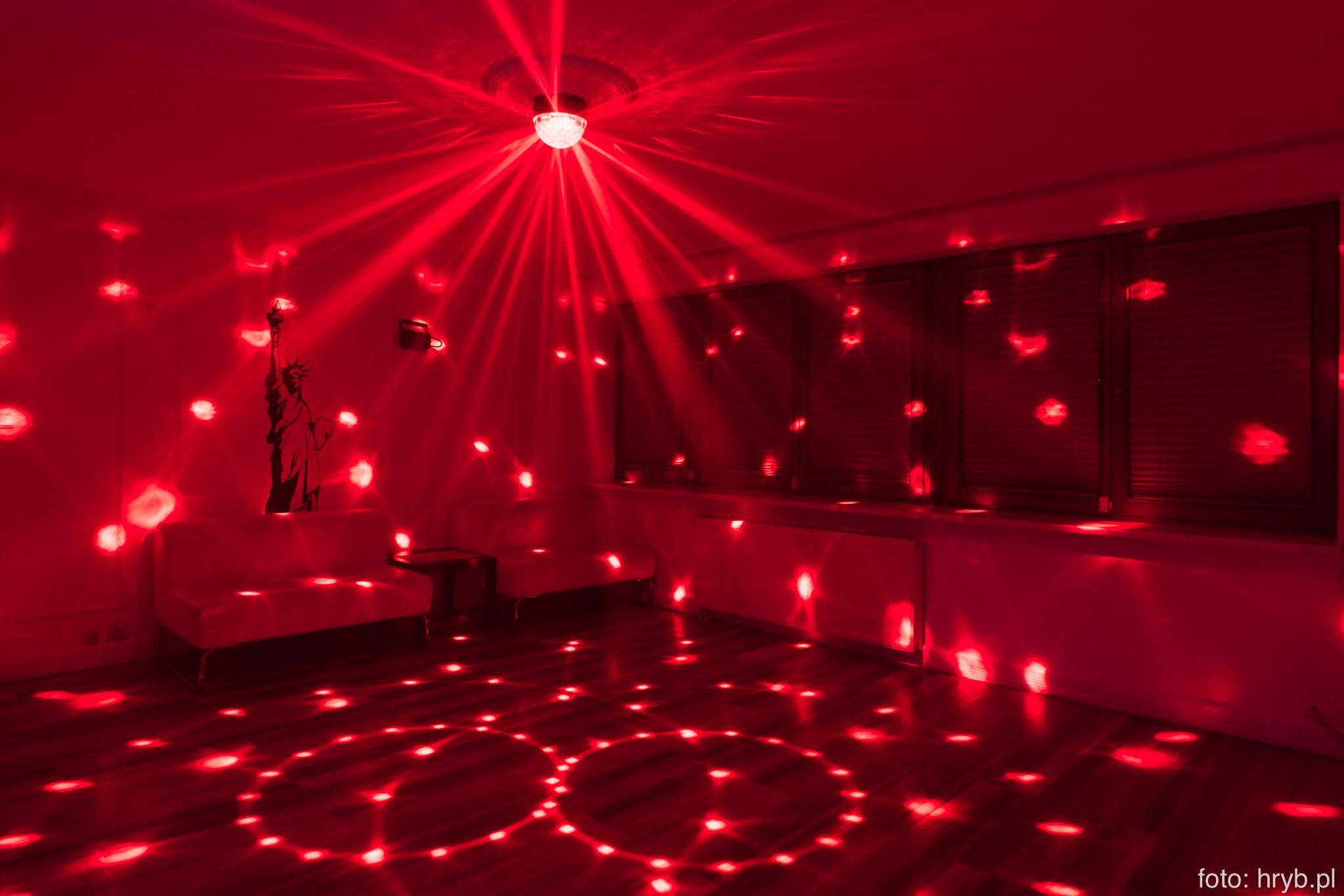 Oświetlenie sali do tańczenia w Domówce
