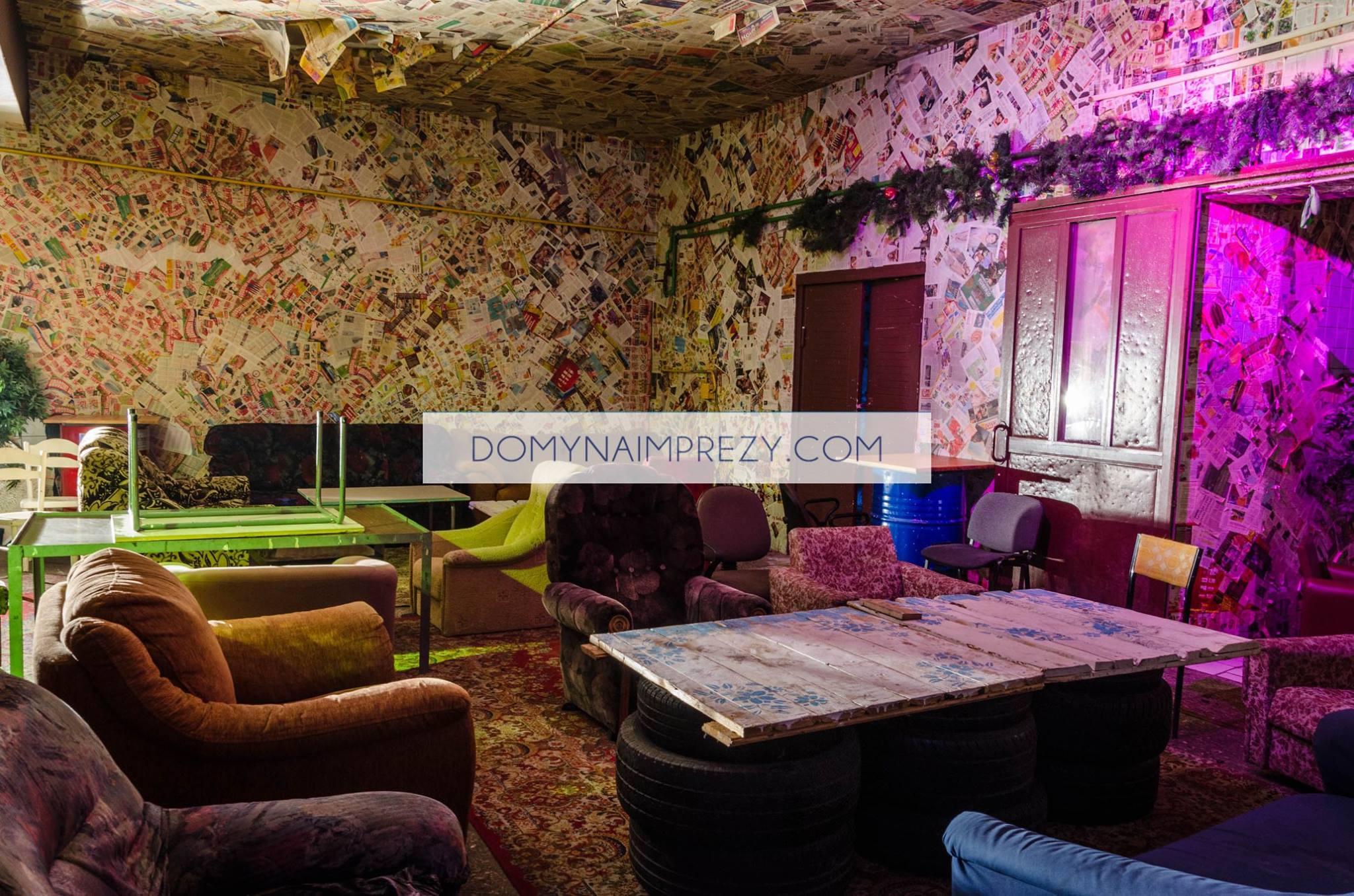 Fotele i ściany w sali w Warszawie