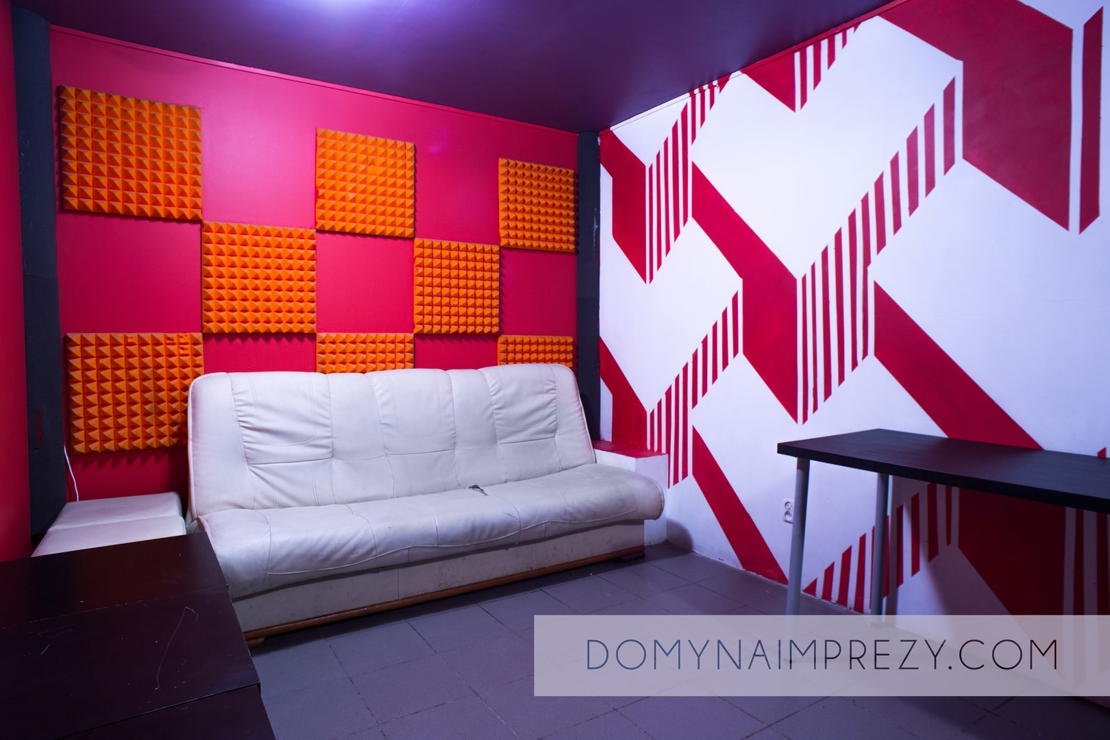 Kanapa i stolik w Studio Bemowo podczas imprezy